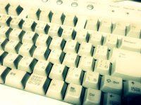実はこんなに汚れている!しっかりとデスクトップのキーボードを清掃する方法